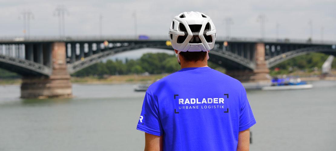 Fahrer vor Brücke in Mainz